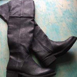 Very volatile black knee-high Low heel boots